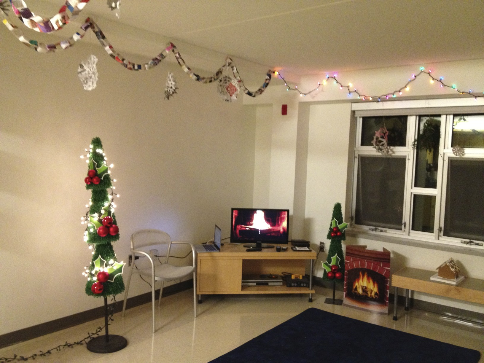 college living room christmas - College Christmas Party Decorations